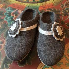 Felt slippers with  flower